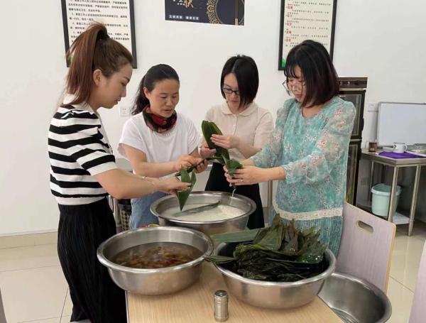 """市交旅集团妇委会 开展""""庆端午 包粽子""""活动"""